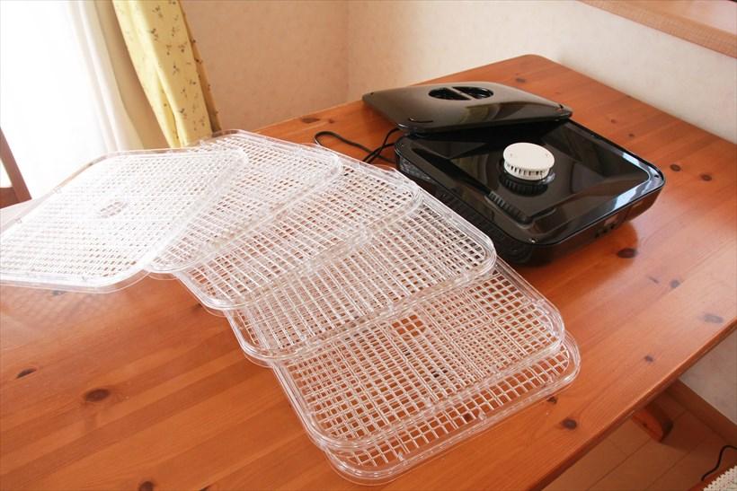↑プリンセスのフードドライヤーにはトレーが6枚付属しています。本体中央の筒状のパーツから温風が出てトレーに列べた食材を乾かす仕組み