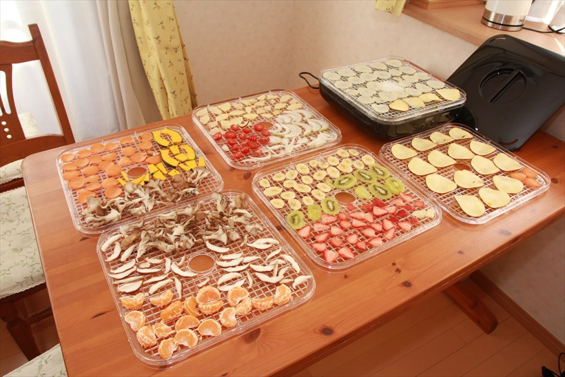 ↑こらの野菜、果物を切ってならべました。なお、写真に移っている食材すべてを切ると、とてもトレーに乗る料ではないので、一部を使っています