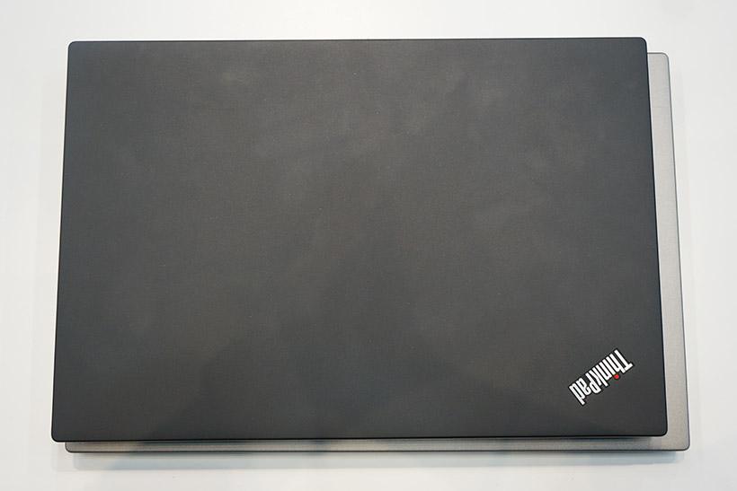 ↑X1 Carbonシルバーモデルの上にX280を重ねてみました。幅は15.8mm、上下は7.3mmほどX280のほうが小さい