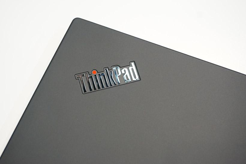 ↑鈍く光るクロームメッキ仕様のThinkPadロゴ