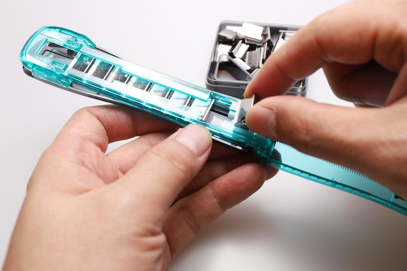 ↑いちいちボディをフルオープンにしないと、ガチャ玉が装填できない。バネ式ローディングの便利さとトレードオフなだけに仕方はないが……