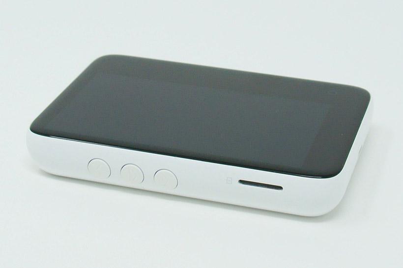 ↑左側面には再生/停止ボタン、曲送りボタン、microSDカードスロットがある