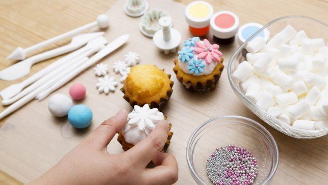 ↑余ったタネからデイジーの抜き型を使い、くり抜いていきます。できあがった小さな花を、STEP3でつくったカップケーキに思いのまま飾りつければ、インスタ映えするスイーツが完成!