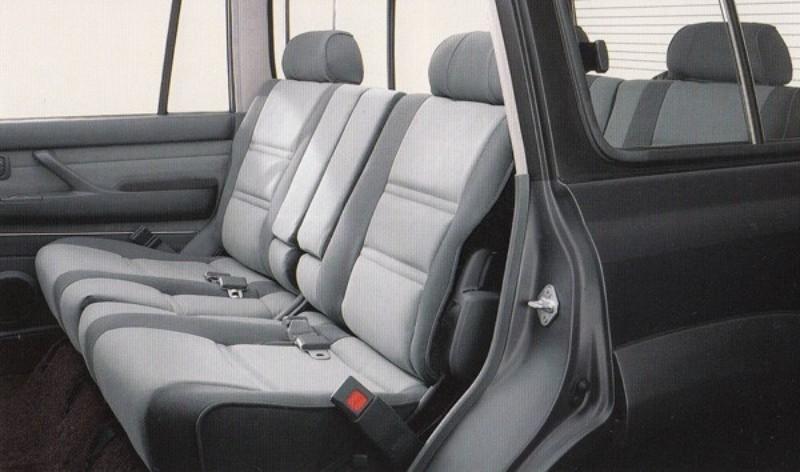 ワゴンタイプは2/3/3名乗車の3列式のシート。シート地は上質であたかも高級サルーンのよう
