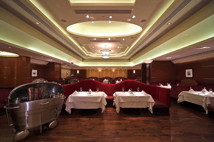 ↑本国のダイニングフロア。広々と余裕のあるスペースに大きなテーブル、エレガントにカーブを描くソファがゴージャスだ