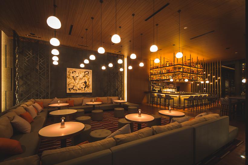 ↑赤坂の新店。まず目に飛び込んでくるのは、ウェイティングスペースでもあり、食後の一杯を楽しめる「フランクバー」。ビル内の共有ラウンジとしての顔も持つ