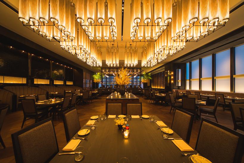 ↑新店の、天井高5メートルの堂々たるダイニングスペース。インテリアは山際順平氏、照明はDavid Singer氏がデザインした