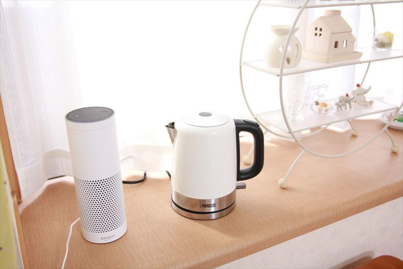 ↑出窓にも置いてみました。スマートスピーカーのAmazon Echoとインテリア雑貨がホワイトだったので、ケトルも白を選んでみたところ、並べてみるとしっくりなじんでいます