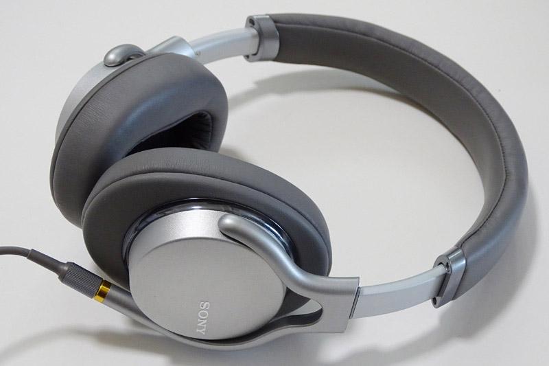 ↑ソニーのハイレゾ対応ポータブルヘッドホン最新モデル「MDR-1AM2」。2014年発売のMDR-1Aから約3年半ぶりのアップデートを遂げた