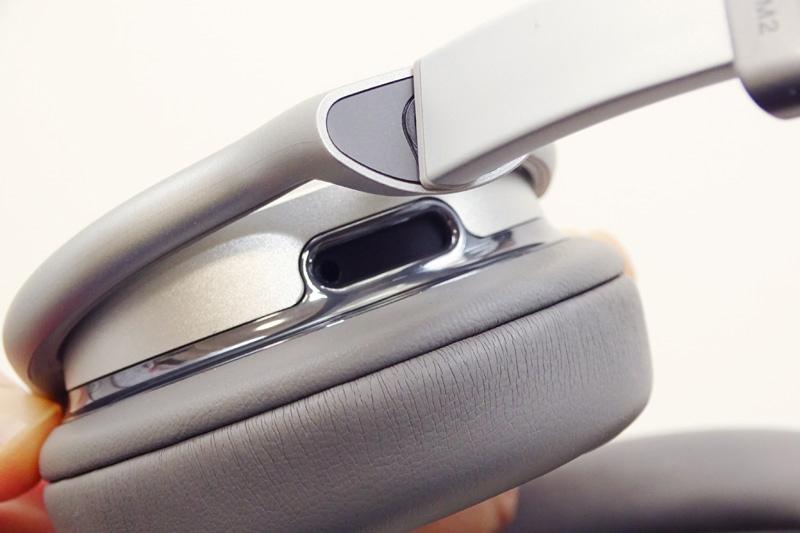 ↑ハウジングの上部側面に通気孔を設けて、鋭く正確なリズム音を再現するビートレスポンスコントロールは歴代モデルから継承する高音質再生のための技術だ