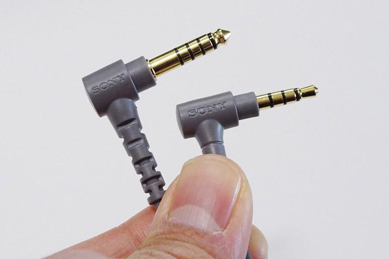 ↑ヘッドホンには2種類のケーブルが付属する。左側が4.4mm/5極のバランスケーブルの端子