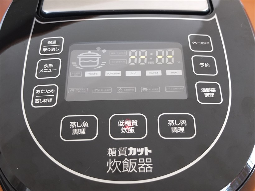 ↑液晶パネルを囲むように配置した操作ボタン。ボタンと対応する各液晶表示と位置が近いので、わかりやすいです