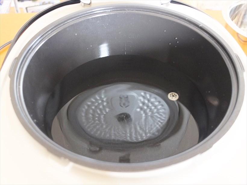 ↑外釜に付けられた水量の目盛り表示。凹凸をもっとしっかりつけるか、目盛りの色を変えるなどしてほしかったです