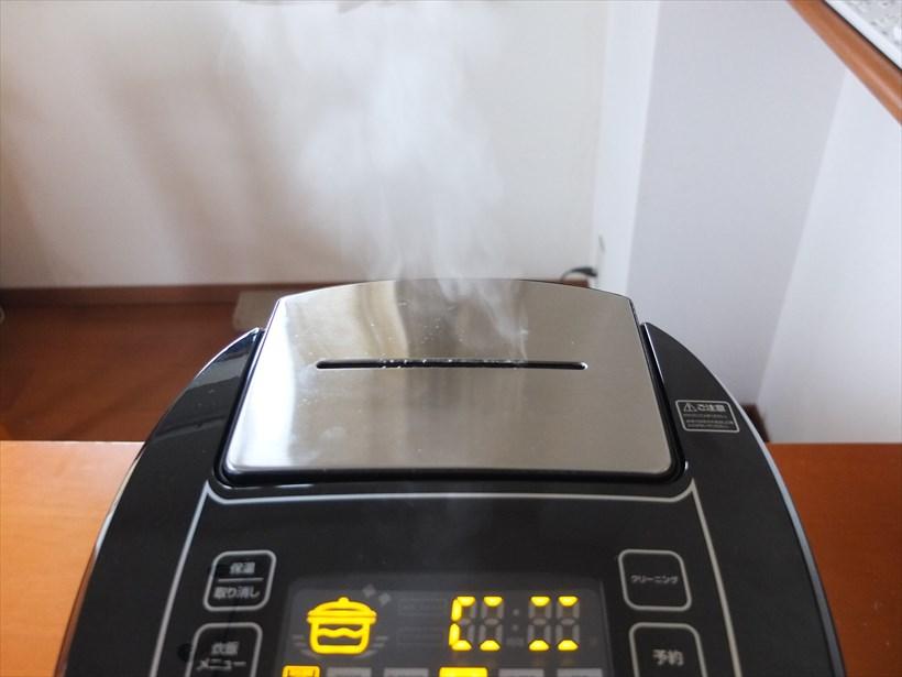 ↑炊飯中の蒸気。圧力式炊飯器のように、蒸気が勢いよく放出されることはありませんが、放出量は多いです