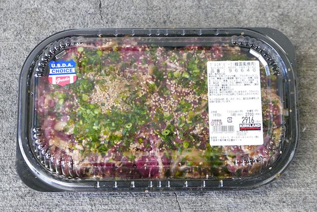 ↑コストコで定番となっている人気食材「プルコギビーフ」。甘辛いタレに浸かった牛肉が148円/100gの安さで約2kg入っています