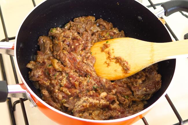 ↑肉の表面を焼くことで、煮込むときに肉の旨味が流れ出てしまうのを防ぎます