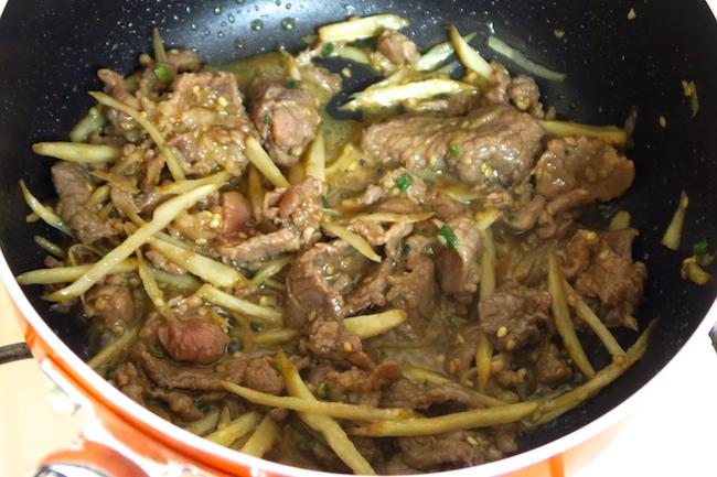 ↑親子丼用の片手鍋がなくても、小ぶりのフライパンでOK。ごぼうは油が回る程度の炒め加減でかまいません