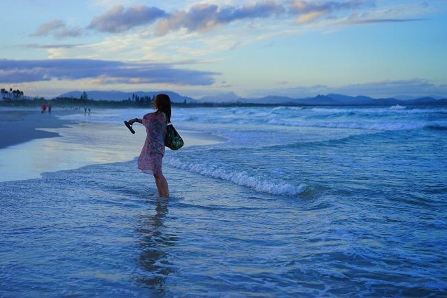 ↑今回の主役、編集者でありライター、フォトグラファーでもある伊佐知美さん。オーストラリア・バイロンベイのビーチにて
