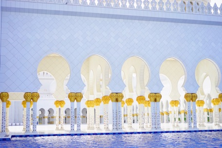 ↑白亜の大理石で築かれたシェイクザイード・モスク(アラブ首長国連邦)