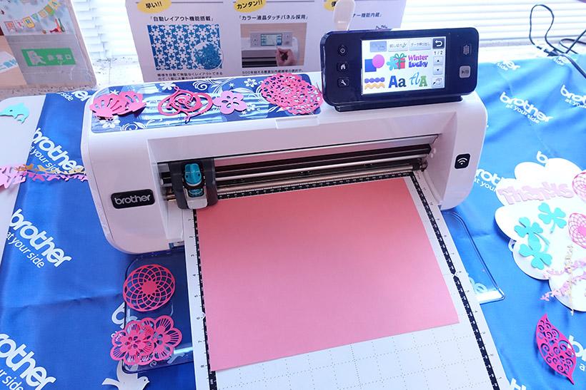 ↑価格は約8万円。カッティングマットにセット。紙以外にも、布やプラスチック、ステッカーなどが切れる