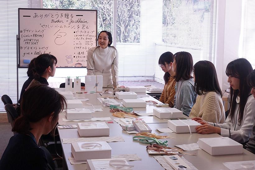 ↑講師は、ピータッチキューブの監修にも携わったラッピングデザイナーの山田てるみさん(正面)