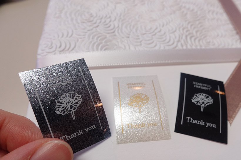 ↑「HEARTFUL PRESENT Thank you」と書かれている。左から、プレミアムシルバー、プレミアムホワイト、マットブラック。プレミアムシルバーとプレミアムホワイトは、ラメでキラキラしているので贈り物にもぴったり。ブラックを使えば印象が引き締まる
