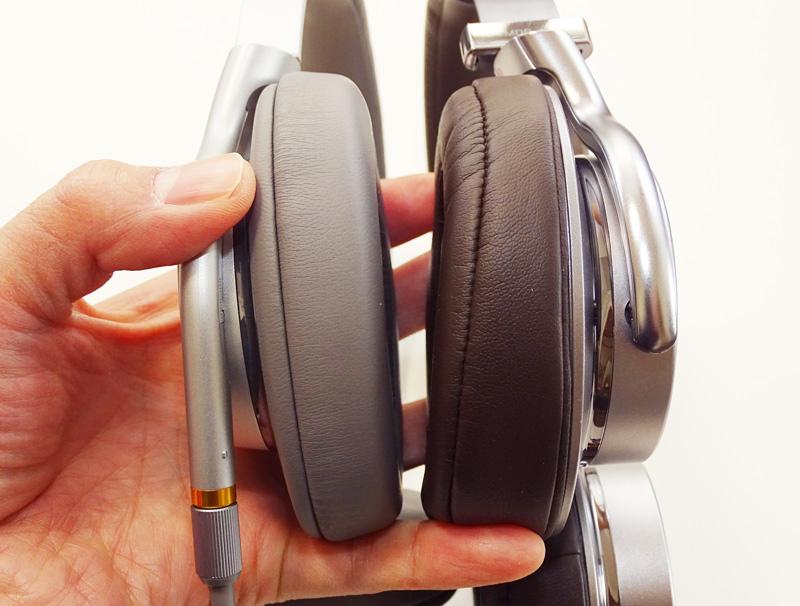 ↑イヤーパッドは右側のMDR-1Aのものは耳の裏側の厚みを変えて音漏れを少なくしている。かといってMDR-1AM2の遮音性が低いわけではなく、装着していると徐々に耳にフィットしてくるような新しいクッション素材に変更されている