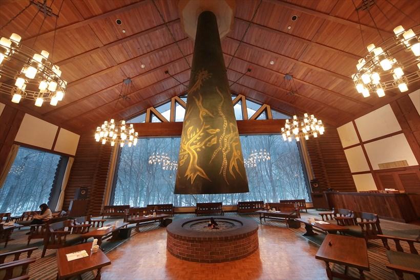 ↑同ホテルのシンボル、岡本太郎のブロンズ製オブジェ「森の神話」