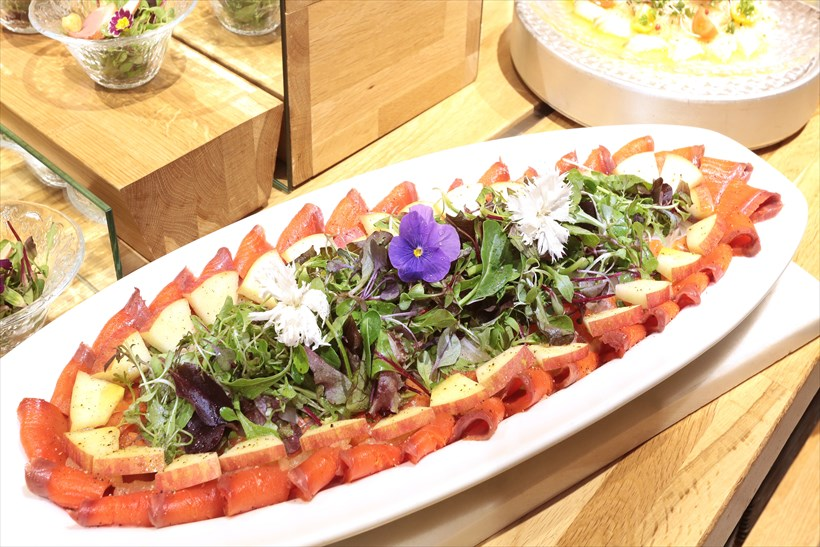 ↑料理の一例「鴨のスモークとりんごのサラダ」