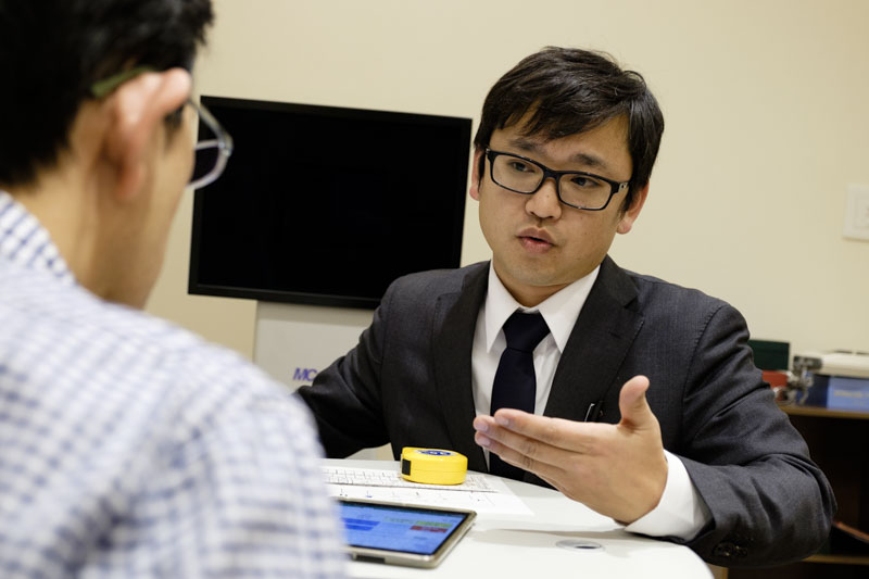 ↑検査の結果を詳しくうかがいつつ、目のコンディションに関する悩みを押川氏に伝える。長く使うメガネを作るためには入念なクリニックが欠かせない