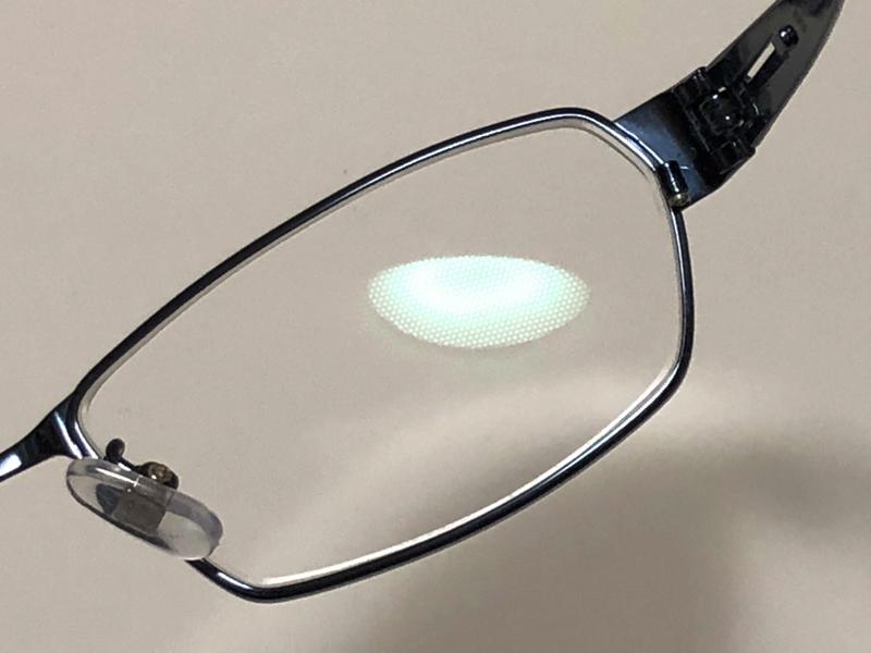 ↑はっきりと見えるのに光がまぶしくない「アイケアクリアビューコート」をかけたレンズを製作することに。光を当てると六角形の特殊コーティングがかけられているのがわかるだろうか。このコーティングを通った光が水の波紋のように広がって、光を柔らかく拡散してくれる。PC画面からの光にも効果あり