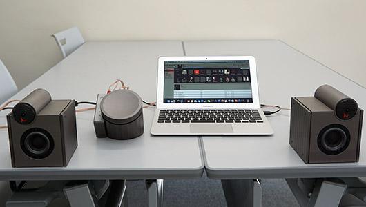 机の上がライブホールに!? ACROのデスクトップオーディオは音が目の前に浮かぶような臨場感