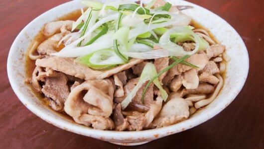 【立ち食いそば】甘辛~い肉の旨みが、平打ち太麺に絡む! 大ボリュームの「肉そば」で知られる椎名町の名店