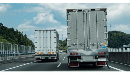 追越し車線をノロノロ走る車を左側から追越したらダメ?「右ウィンカー」は効果ある?