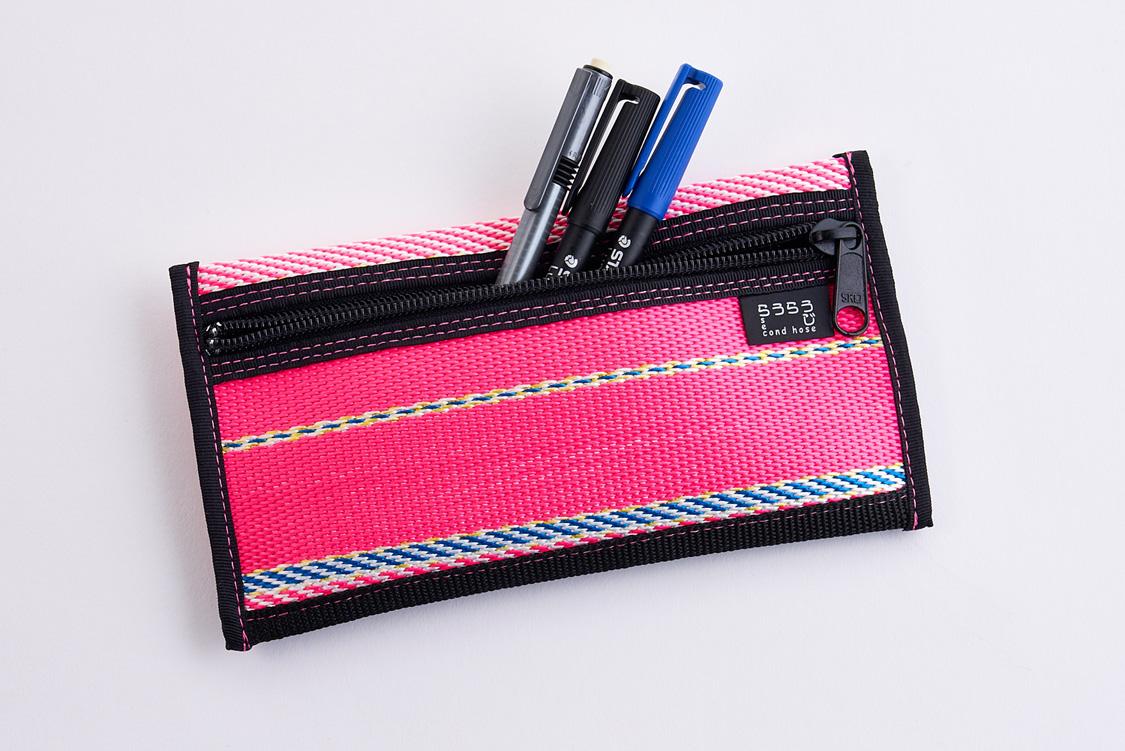 d51f9ab0cf64 手で持ったり、バッグに付けることもできます。中にはICカードを収納可能なポケットを装備。サイズは約幅23×高さ17.5×奥行き2cm。
