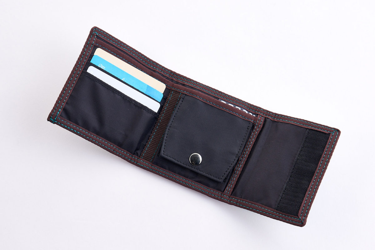 17f583168dc6 バッグに入れるメイクポーチや、旅行へ出かける時の貴重品入れ、チケット入れとしても使える便利な多目的ポーチ。メッシュポケットも付いています。