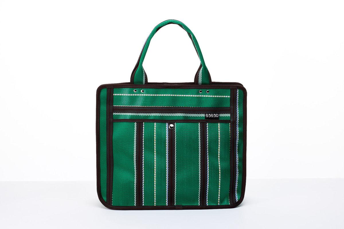 7cfe6b3359 A4ファイルやペットボトルなどたくさんの持ち物を収納可能。ジム用バッグとしても使えます。口はホックで留められ、ポケットも豊富。全10色展開。