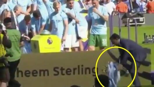 コントか! プレミア優勝のシティ、21歳若手が大事なトロフィーをうっかり落とす