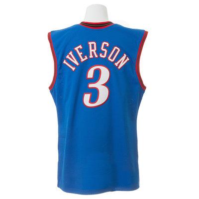 9e7ed5a09d4c8 背中のシクサーズの永久欠番「3」の上には、アイバーソンの名前も入っており、例えば遊び着としての着用も全く問題ない。もちろん額装してもOKだ。