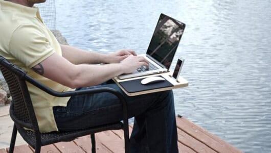 ソファでのMacbookの作業が快適に! バンブー素材の膝置きデスク「Slate 2.0」