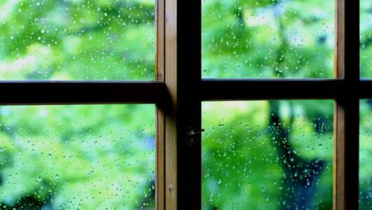 「雨が降ったりやんだり」って英語で何て言う? 実は簡単な定番フレーズがある!