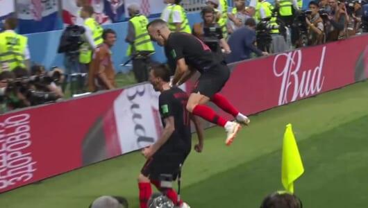 これはいい!W杯で歓喜のクロアチア選手に押し倒されたカメラマンが、その瞬間を激写