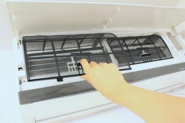④フィルターをよくすすぎ、乾いたタオルで挟むようにして、水分を取り除く。しっかり乾いたら、エアコンに戻して終了。天日干しはフィルターの劣化になるためNG