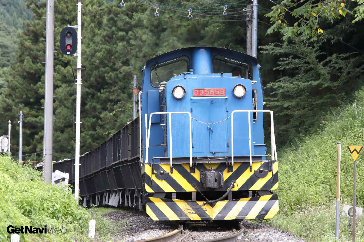 f47c7b8679f2 岩手石橋駅はスイッチバック構造になっている。ホッパ施設で石灰石を積んだ列車は機関車を前に付替え、後進で写真奥の引込線に入ったあと、進行方向を変え赤崎駅を  ...