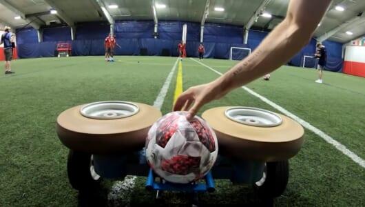 サッカー選手は「時速95km」のボールをトラップできるのか! 大物選手が挑戦する