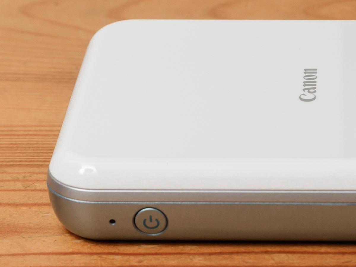 7d89ed859b 本体側面に電源ボタンを搭載。ほかにボタン類は特にないシンプルな構造であり、操作はすべてアプリから行う