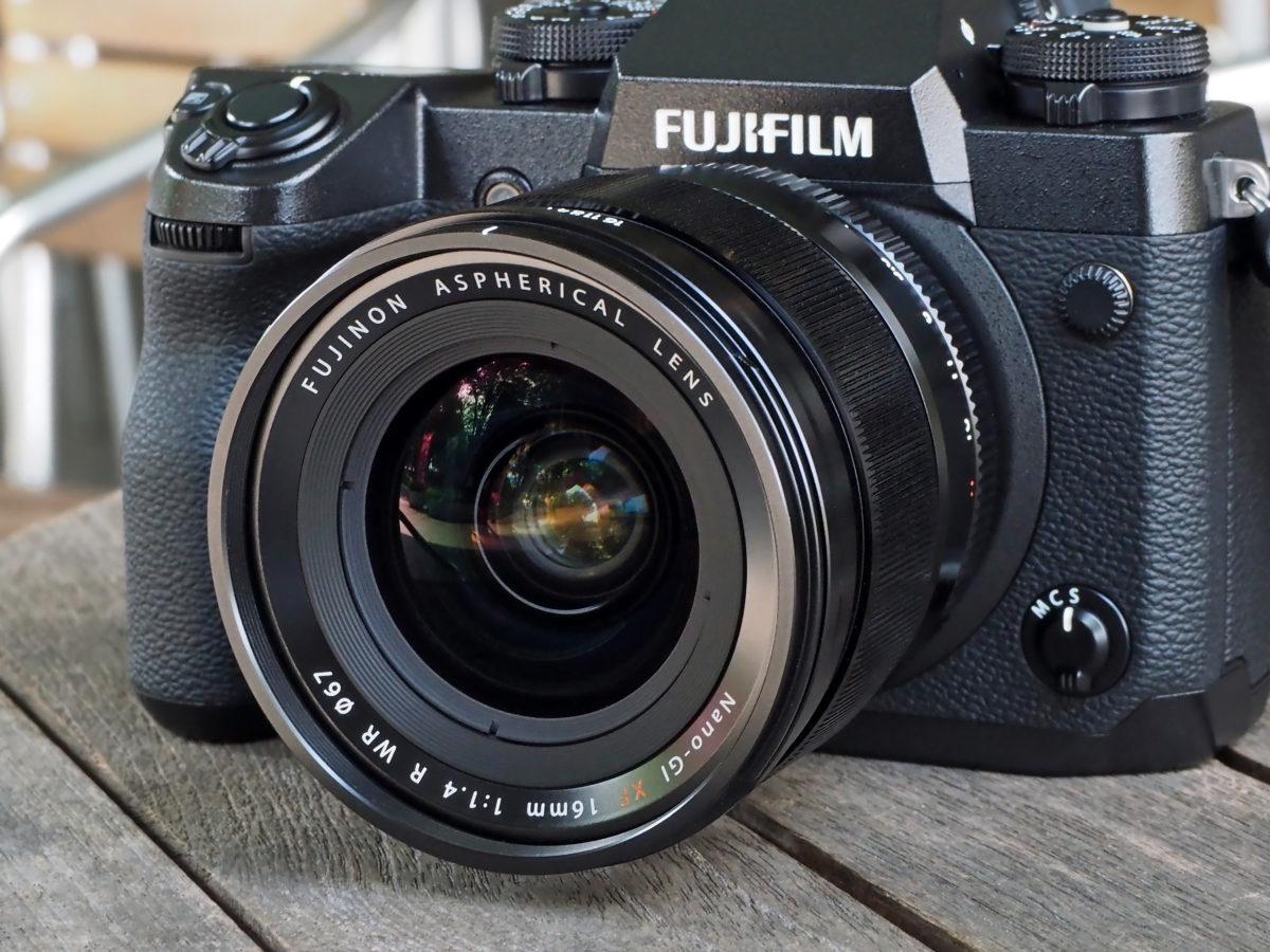 """1738a8b89e0546 ↑F1.4という抜群の明るさを誇るXF 16mm F1.4 R  WRだが、APS-Cサイズ用ということもあり、そのサイズや重さは思ったほど""""ヘビー級""""ではない(フルサイズ対応の同クラス ..."""