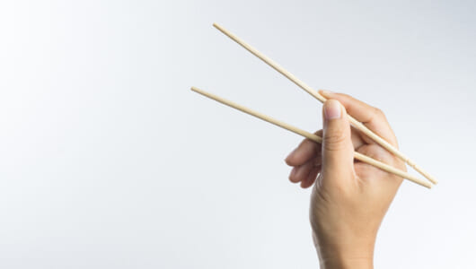 ポップコーンを「箸」で食べると「おいしくなる」という研究が。どういうこと?