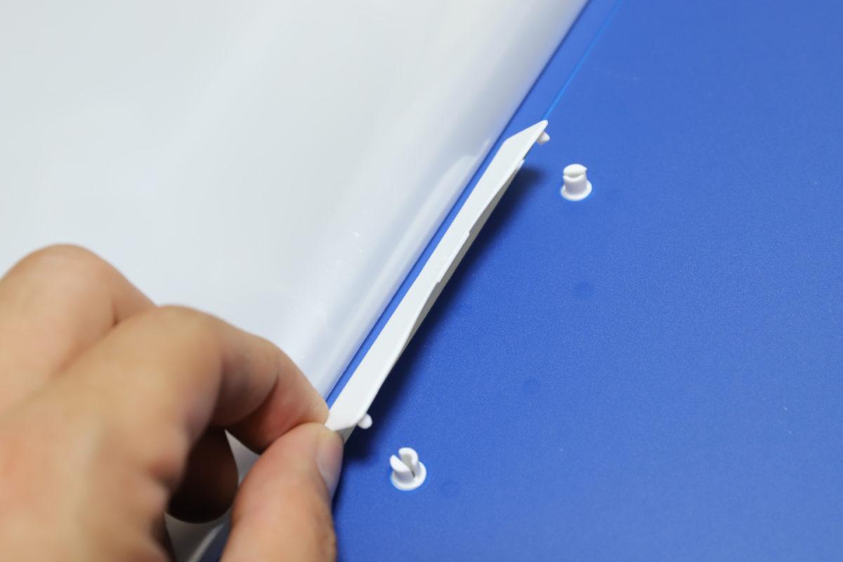 ↑裏表紙の内側に配置された2穴とじ具。プラ製のシンプルなものだが、ちょっとしたものを綴じるだけなら充分に実用的