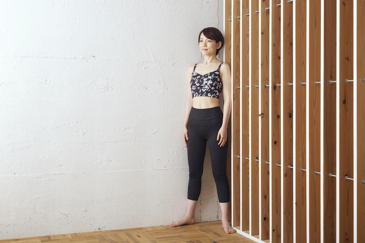 ①部屋の角で、両足の外側を壁にくっつけるようにして立つ